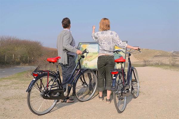 Fietsverhuur-fietstour-duinen-mensen-op-fiets-blij-bij-easyfiets-dankzij-kwaliteit-fietsen
