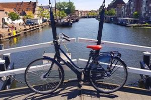 Heerlijke-fietstocht-door-Leiden-op-een-huurfiets-van-EasyFiets-Fietsverhuur