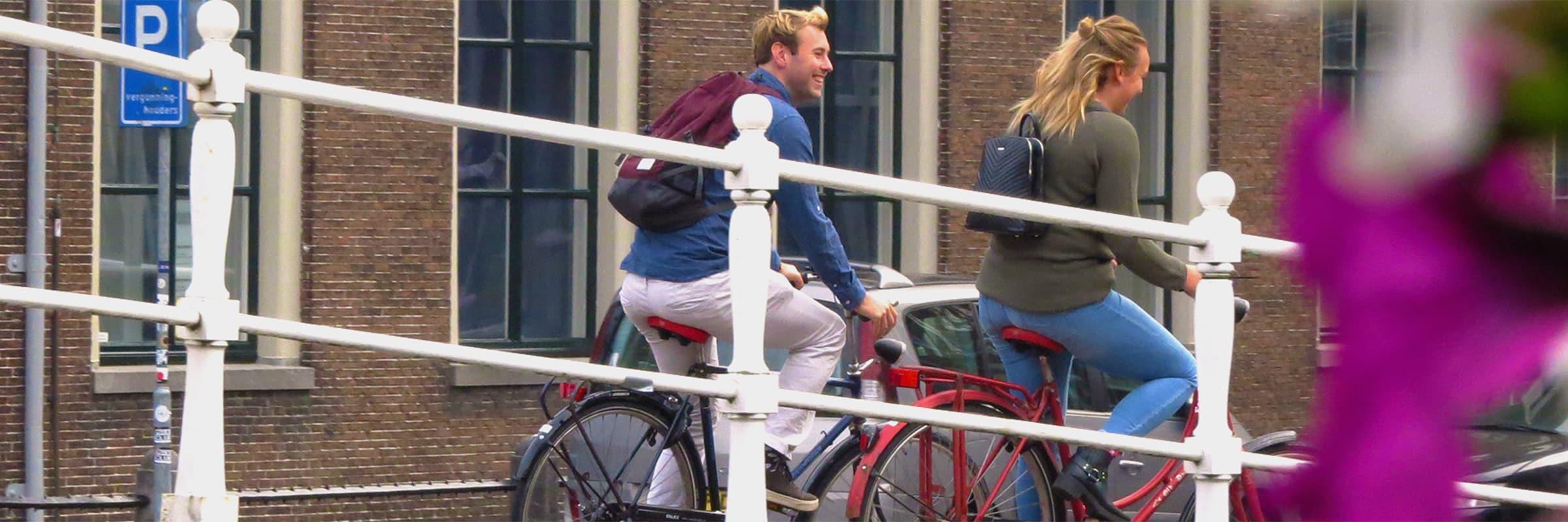 Fietsen door de stad op je duurzame lease fiets. Deze lease je bij fietsenwinkel EasyFiets in Leiden.
