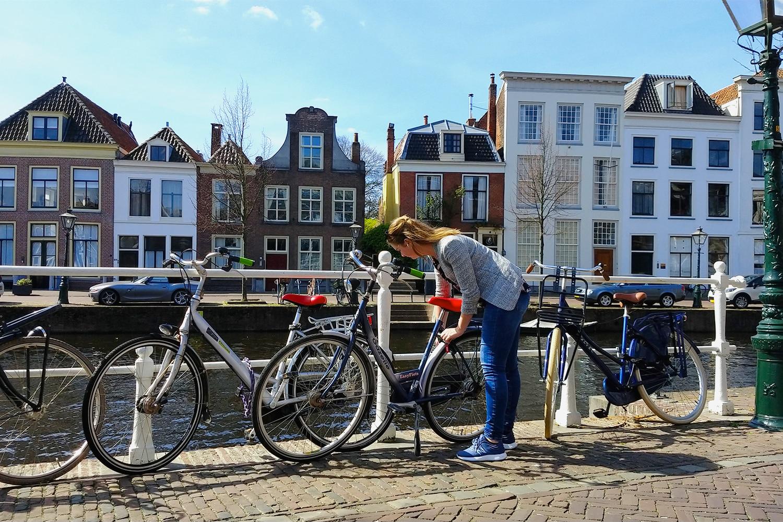 Vrouw-parkeert-fiets_1500x1000