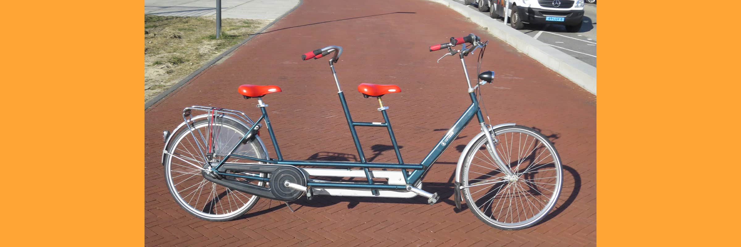 Huur een tandem bij fietsverhuur EasyFiets in Leiden. Een heerlijke fietstocht door de duinen of naar het strand, en dat met z'n tweeën!