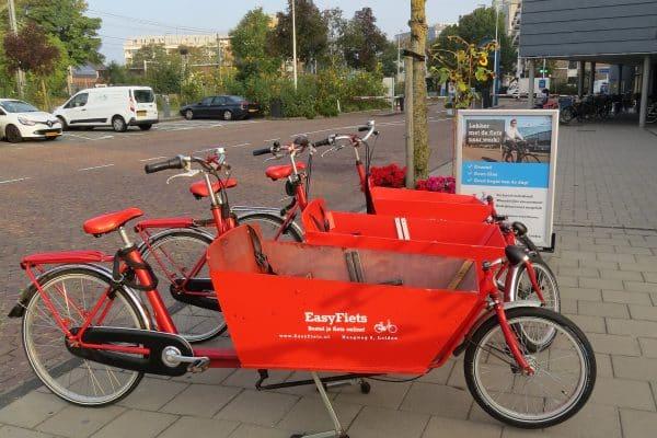 Huur een bakfiets bij Fietsverhuur EasyFiets in Leiden. De keuze uit bakfiets met twee wielen of drie wielen.