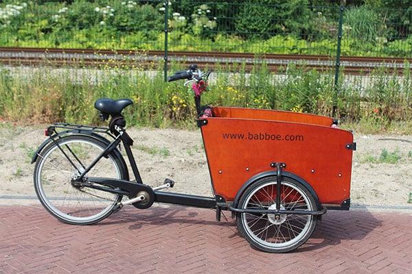 Huur een bakfiets van Babboe bij fietsverhuur EasyFIets. Deze driewieler bakfiets kun je huren in Leiden.
